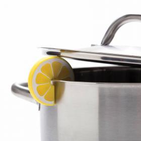 Rondelle de citron sous le couvercle